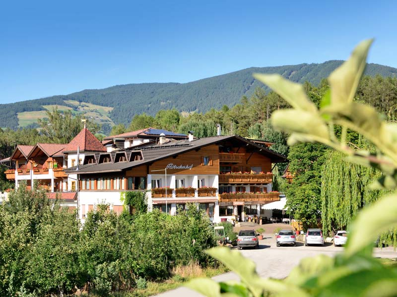 The Hotel Flötscherhof is located in the middle of apple orchards and is ideal for group trips in South Tyrol.